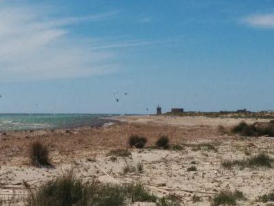 Strand vom Capo Feto mit Kitesurfer
