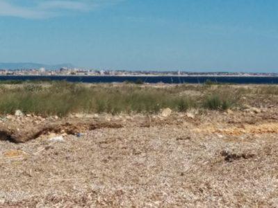 Capo Feto mit Strand und im Hintergrund Mazara del Vallo