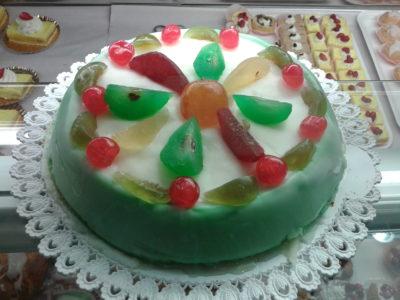 Sizilianische Cassata mit Zuckerglasur und kandierten Früchten verziert