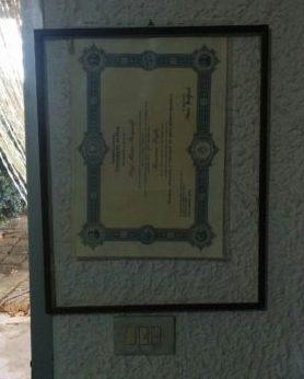lieblos aufgehängte Urkunde für einen Master