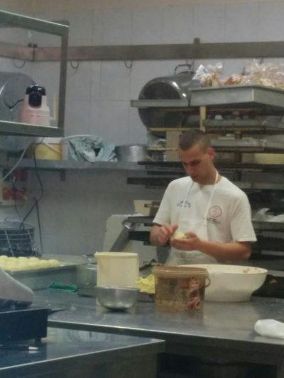 Der Koch im La Dolce Vita bei der Zubereitung der Arancini