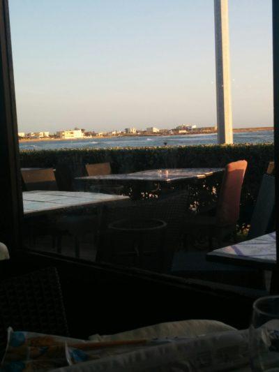 Blick aus dem Restaurant A Due Passi Dal Mare, auf die Terrasse und das Meer
