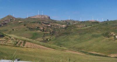 Bergkamm mit Windräder bedeckt