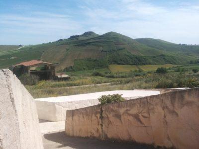 Blick aus einer Straße in die Landschaft