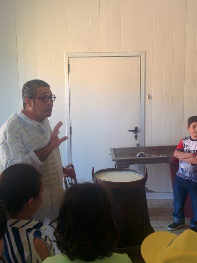 Giovanni beim erzählen über die Herstellung von Ricotta