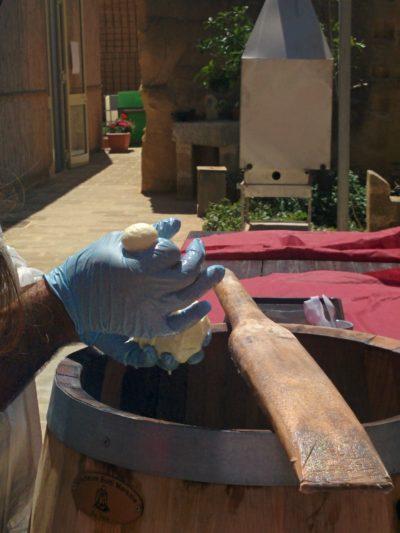 Abtrennen der Mozzarellakugel mit der Hand