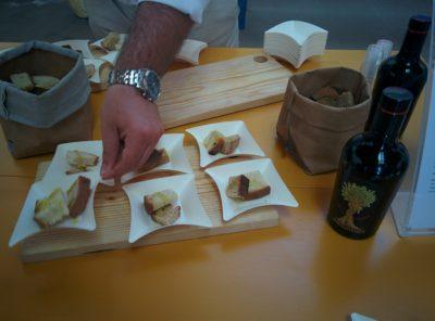 Frisch gebackenes Brot mit Olivenöl