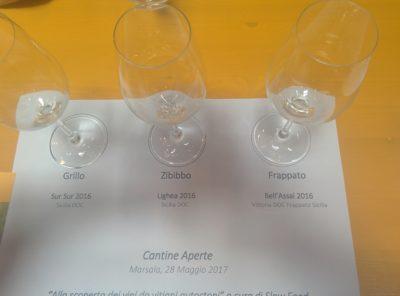 Vorbereitete Plätze für die Weinprobe