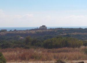 Weitläufigkeit des Parks wird sichtbar, in der Ferne die Akropolis