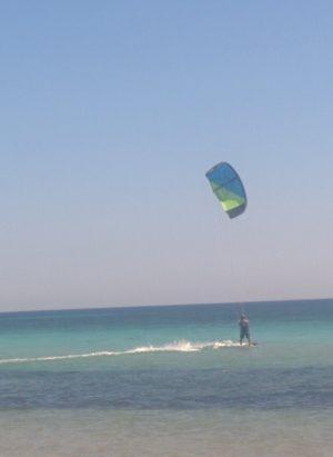 Kitesurfer am Strand von Biscione