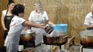 Frauen, die die Spincia zubereiten