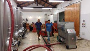 Große Edelstahlbehälter für die Lagerung der Maische