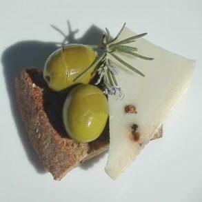 eingelegte Oliven mit Brot und Käse