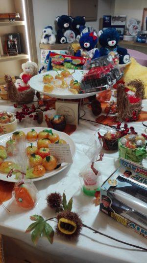 Spielzeug und typische Süßigkeiten für den 1. November