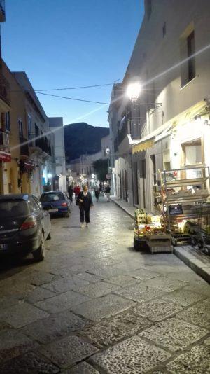 Kleine Seitenstraße mit ihren Geschäften