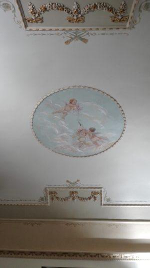 Deckengemälde und bemalter Stuck an den Wänden