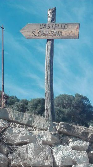 Wegweiser zur Burg San Caterina