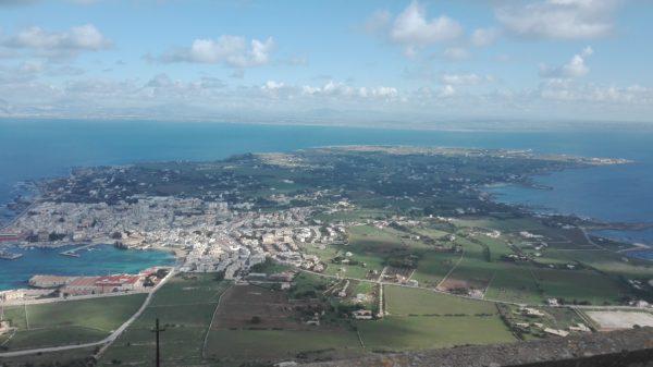 Blick auf Favignana bis zum Punta Marsala