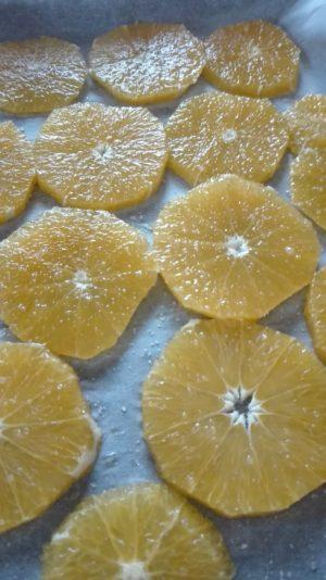 Geschälte und in scheiben geschnittene Orangen, fertig zum karamellisieren