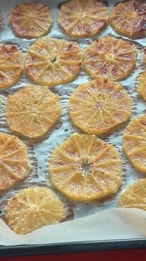 Gebackene und karamellisierte Orangenscheiben