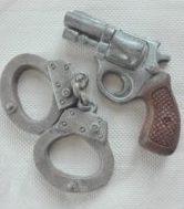 Handschellen und Pistole aus Schokolade