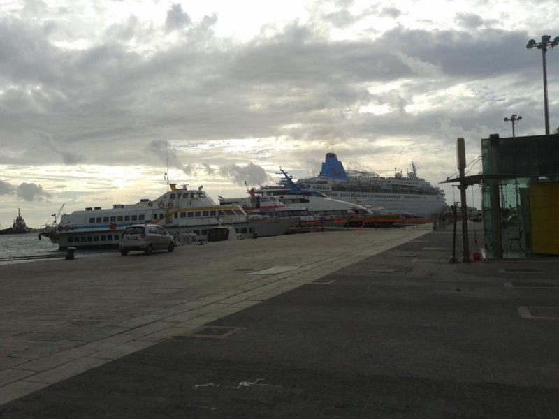 Im großen Hafen von Trapani legen auch oft Kreuzfahrtschiffe an