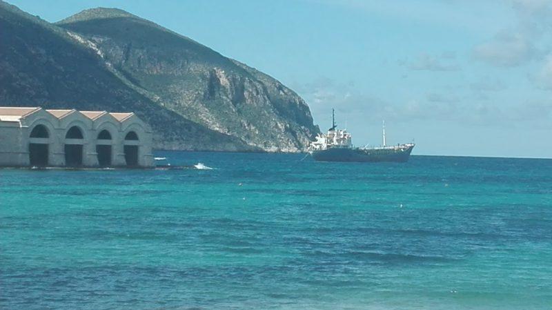 Hier bin ich auf der Insel Favignana. Auch die Schiffe machen mal außerhalb des Hafens halt.