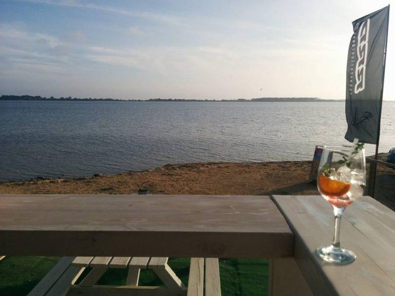 Außer einem Drink ist nicht viel los am Strand