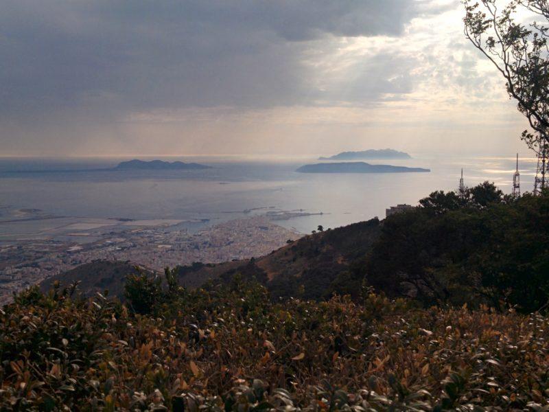Aussicht von Erice aus auf die Inseln Favignana, Levanzo und Marettimo, sowie die Salinen