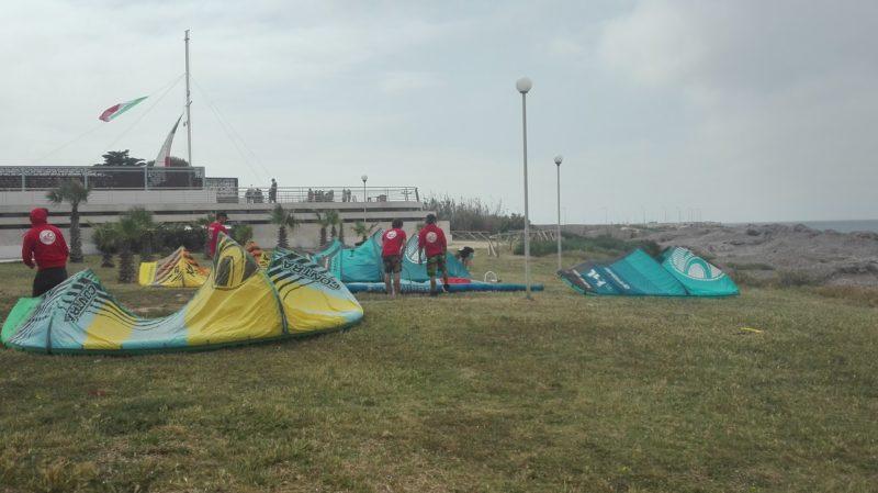 Vorbereitung der Kite-Schirme für das Rennen