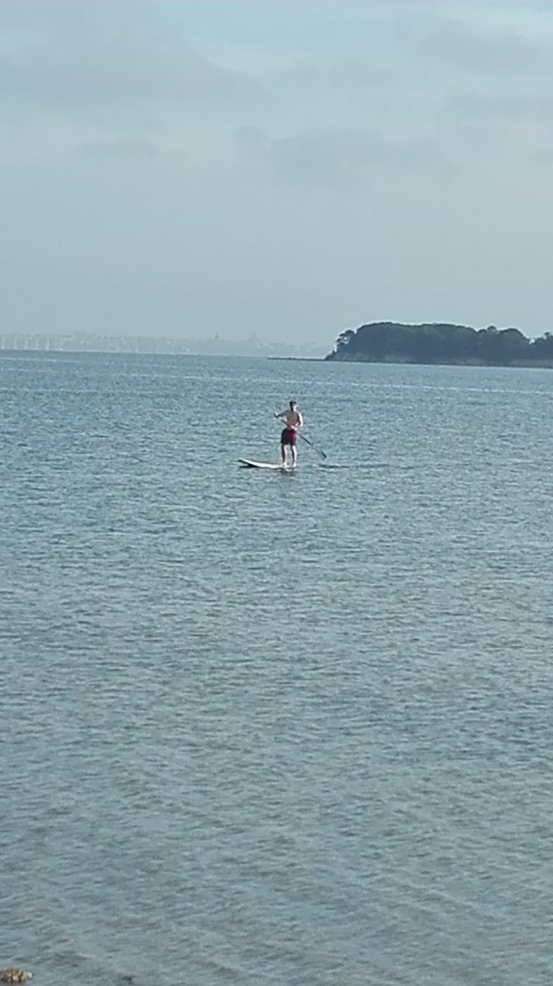 Ein einsamer Paddler auf seinem Kiteboard