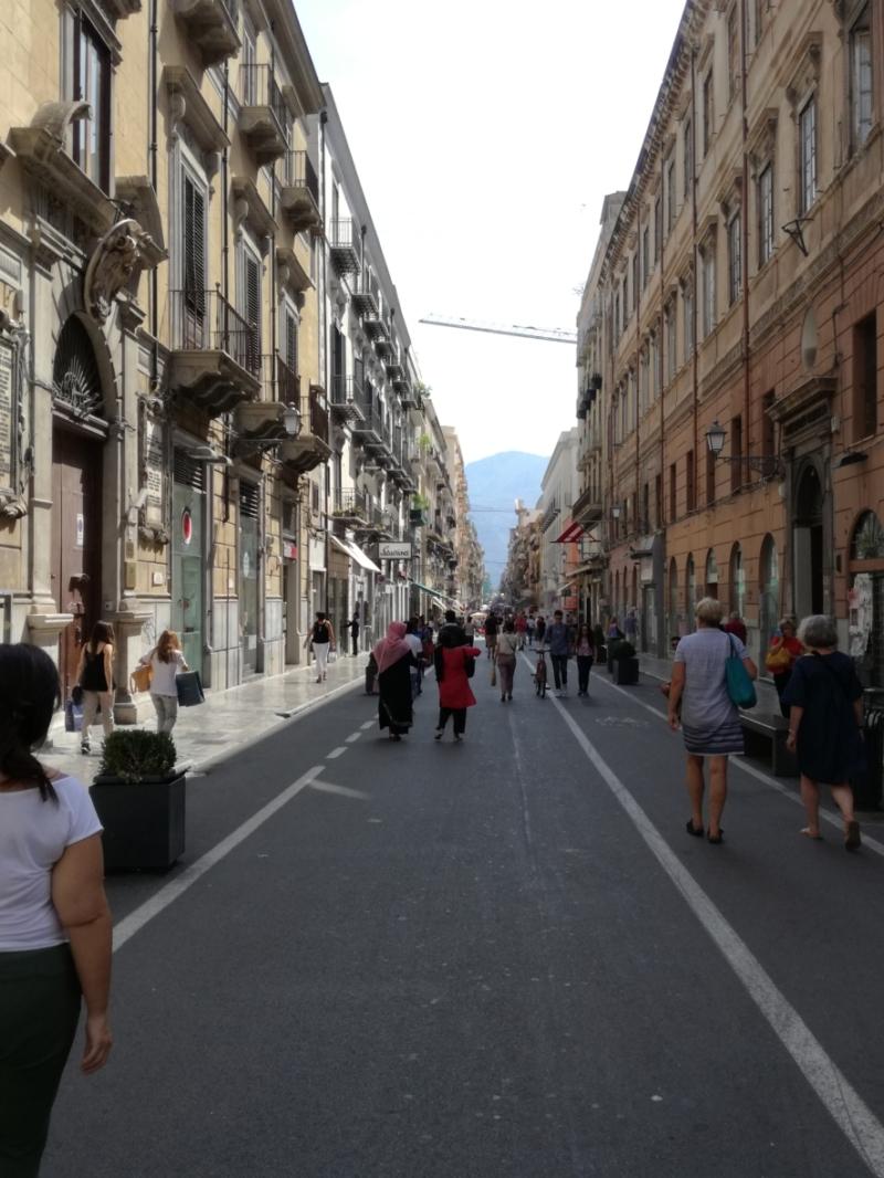 Eine beliebte Einkaufsstraße, die Via Ruggiero Settimo
