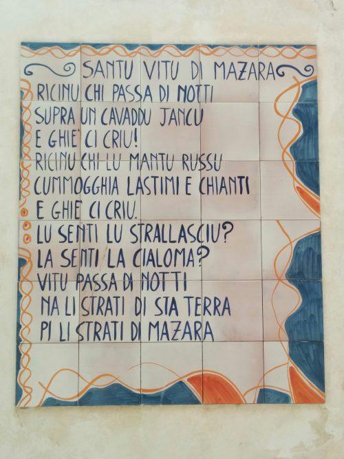 Gedicht auf sizilianisch auf Fliesen als Wandbild dargestellt
