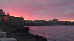 Trapani im Sonnenuntergang lila-pink eingefärbt